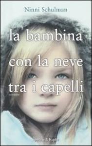 La bambina con la neve tra i capelli